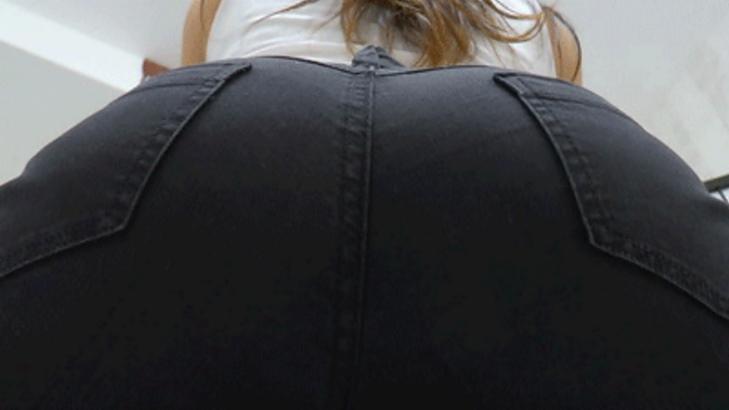 geiler-jeansarsch-in-schwarzen-jeans-3